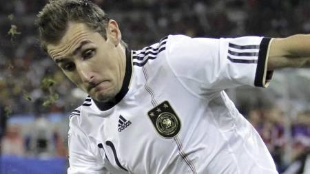 Miroslav Klose og Lazio skal ha gode muligheter hjemme mot Milan (Foto: Matt Dunham/Ap)