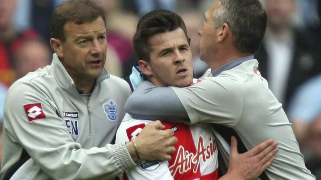 Queens Park Rangers Joey Barton må holdes fast etter at han røk  i tottene på Sergio Aguero og Vincent Kompany i kampen mot Manchester  City. (Foto: Dave Thompson/Ap)