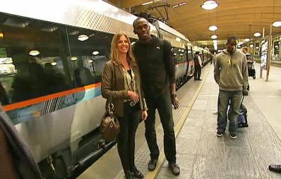 Usain Bolt tok flytoget til Oslo sentrum etter ankomst på Gardermoen før Bislett Games 2012. Før togavgangen lot han seg avbilde med en kvinnelig fan. (Foto: TV 2)