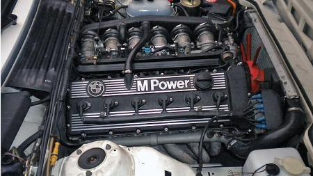 Hjertet i M635 CSi var hentet fra superbilen M1, som bare ble produsert i noen få hundre eksemplarer mellom 1978 og 1982. 286 hestekrefter tripper utålmodig i den 24-ventilers, 3,5 liters rekkesekseren. Faksimile: Finn.no