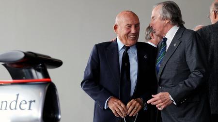 Hadde racing-legenden Stirling Moss - her til venstre sammen med Jackie Stewart på åpningen av nye Silverstone i 2011 - ant at den gamle Ferrarien hans skulle sette verdensrekord i salgspris hadde han kanskje beholdt den selv. (Foto: David Davies/SCANPIX)