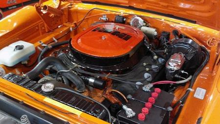 Hemi-V8en på 426 kubikktommer var den råeste av tre motoralternativer i Superbirdene. Den utviklet 425 gammeldagse hester - og et skremmende moment. (Foto: eBay.com)