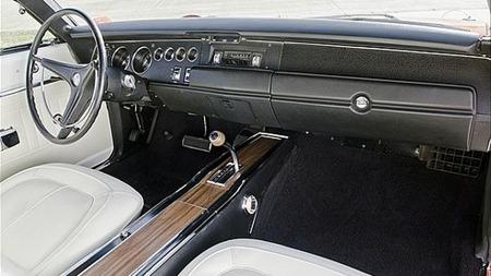 Hvitt interiør med bucket seats og midtkonsoll skal ifølge selgeren være sjeldent på disse bilene. Det er også automatgir. (Foto: eBay.com)