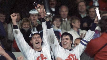 Kjell Jonevret (t.v.) og Svein Fjælberg jubler etter å ha vunnet cupfinalen i 1989. (Foto: Holmberg, Bjørn-Owe/NTB scanpix)