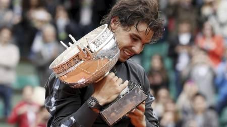 Rafael Nadal med pokalen som vinner av Roland Garros 2012. (Foto: PATRICK KOVARIK/Afp)