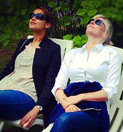 Desta Marie og Eli Kari nyter solen i Rosendal. (Foto: Adelheid Ottesen)