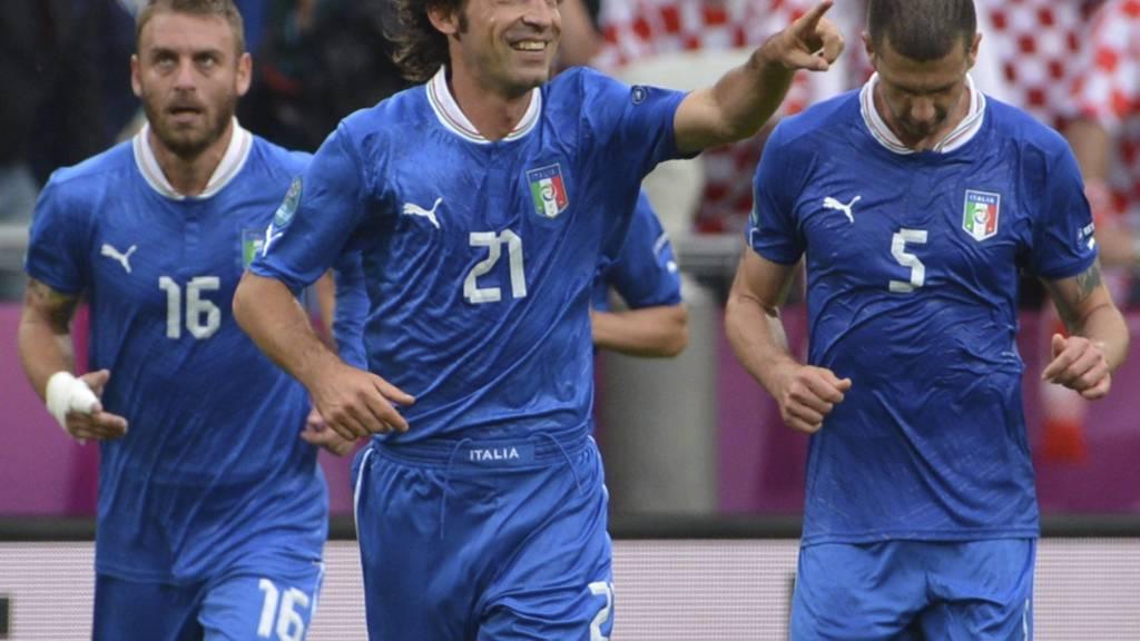 FRISPARKPERLE: Andrea Pirlo sendte Italia foran med et vakkert frispark. (Foto: GIUSEPPE CACACE/Afp)