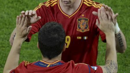 MÅLSCORERNE BYTTET: Fernando Torres scoret to, før Cesc Fàbregas ble byttet inn og noterte seg på scoringslisten. (Foto: PATRIK STOLLARZ/Afp)