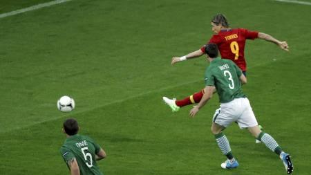 BRUKTE FIRE MINUTTER: Fernando Torres sendte Spania foran etter bare fire minutter mot Irland. (Foto: Gero Breloer/Ap)