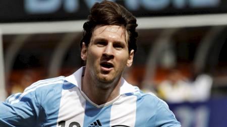 HYLLET: Danske supportere gjorde det klart at de liker Messi bedre enn Ronaldo da Portugal møtte Danmark i EM. (Foto: EDUARDO MUNOZ/Reuters)