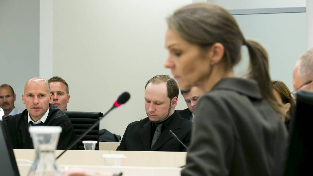 Forsvarer Geir Lippestad har begynt utspørringen av rettspsykiaterne Torgeir Husby og Synne Sørheim etter deres forklaring i rettssal 250. (Foto: Junge, Heiko/NTB scanpix)