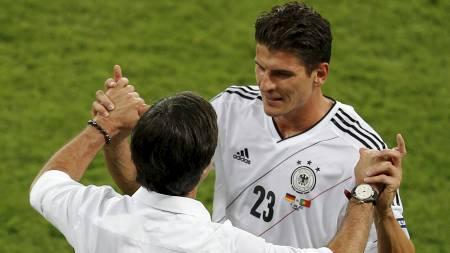 SJEFEN ER FORNØYD: Tysklands landslagssjef Joachim Löw kan ikke være annet enn strålende fornøyd med innsatsen til stjerneangriper Mario Gómez sålangt i EM. (Foto: DARREN STAPLES/Reuters)