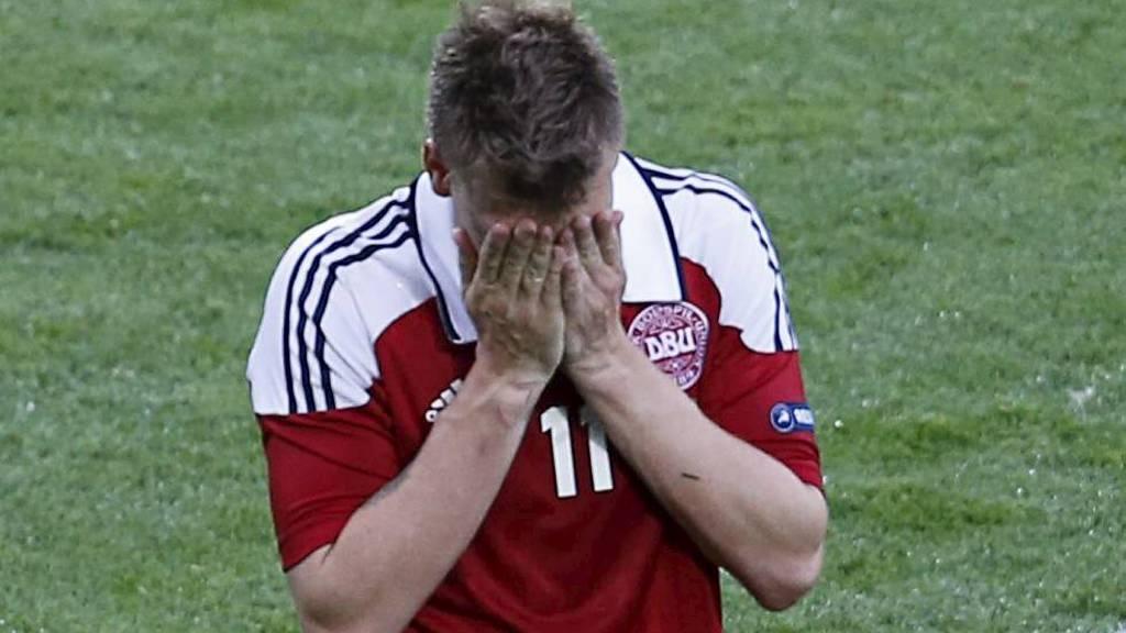 SKUFFET: Nicklas Bendtner gikk skuffet av banen etter 2-3 mot Portugal. (Foto: Michael Probst/Ap)