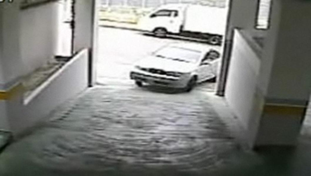 Her er det ikke begynt enda - den kvinnelige sjåføren er foreløpig avventende - men når hun først handler, så skjer det brått!