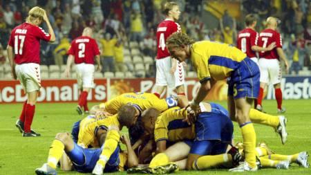 SVENSK JUBEL: Nederst i denne haugen ligger Mattias Jonson, som utlignet til 2-2 mot Danmark i sluttminuttet. (Foto: MURAD SEZER/AP)