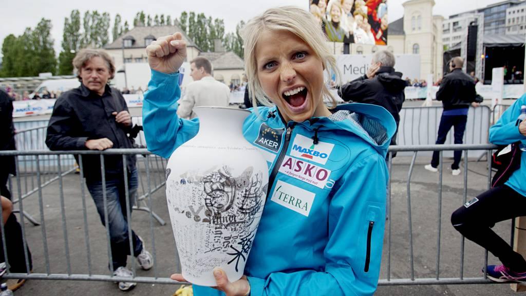 ÆRESPRIS: Therese Johaug med Porsgrunds Porselænsfabriks Ærespris. (Foto: Solum, Stian Lysberg/NTB scanpix)