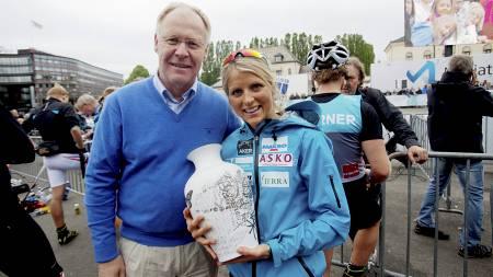 Skipresident Sverre K. Seeberg delte ut Porsgrunds Porselænsfabriks Ærespris til Therese Johaug. (Foto: Solum, Stian Lysberg/NTB scanpix)