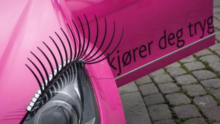 PYNTET SEG: Bilen har fått lange feminine øyenvipper og glitrende eyeliner. (Foto: Pressebilder)