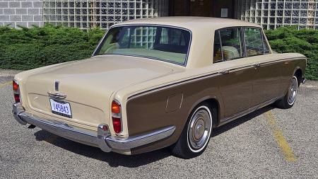 Å kjøpe Silver Shadow fra USA foretrekkes av mange på grunn   av venstreratt, og at klimaet i en del stater er hyggelig mot de avanserte   bilene. Siden dette er en 1967-modell har den heller ikke sidemarkeringslysene,   som ble påbudt i USA fra 1968. (Foto: eBay)