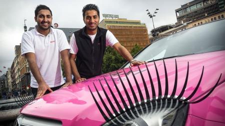 PÅ UTLÅN: Sjåførgutta Mubashar Ali og Mudassar Hussain er lånt ut av Christiania Taxi frem til 29. juli. (Foto: Pressebilde)