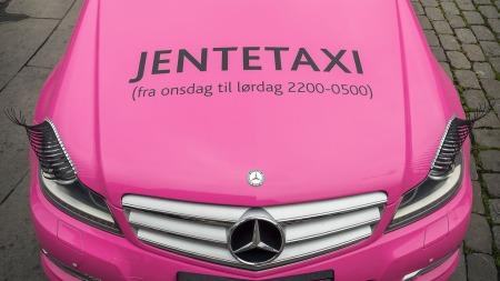 SYNLIG: Det er ingen tvil om hvem denne er ment for og når denne taxien er tilgjengelig.  (Foto: Pressebilde)