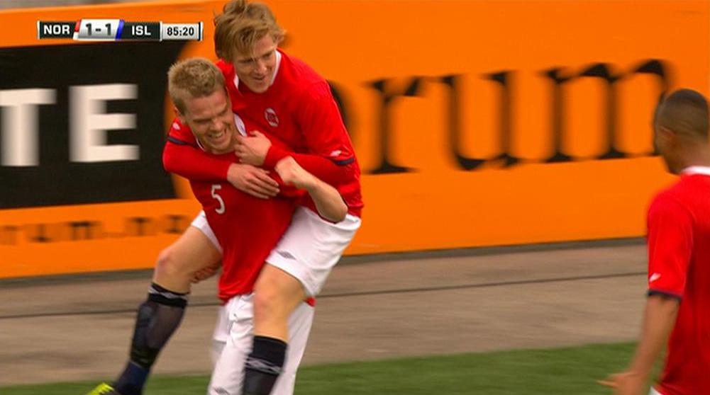 Joakim Våge Nilsen jubler etter at han sikret seier til Norge U21 over Island med sin 2-1-scoring like før slutt. (Foto: TV 2)
