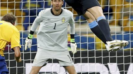 VAKKER SCORING: England tok ledelsen etter at Andy Carroll stanget en vakker pasning fra Steven Gerrard kontant i mål. (Foto: Kirsty Wigglesworth/Ap)