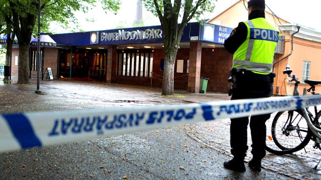 EKSPLOSJON: Nærmere 700 gjester måtte evakueres da en kraftig eksplosjon gikk av utenfor nattklubben Blue Moon Bar i Västerås i Sverige natt til søndag.  (Foto: Scanpix)
