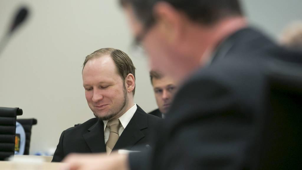 SMILER: Anders Behring Breivik smiler av rettspsykiaterne Terje Tørrissen og Agnar Aspaas som forklarer seg i rettssal 250. (Foto: Heiko Junge/NTB scanpix)