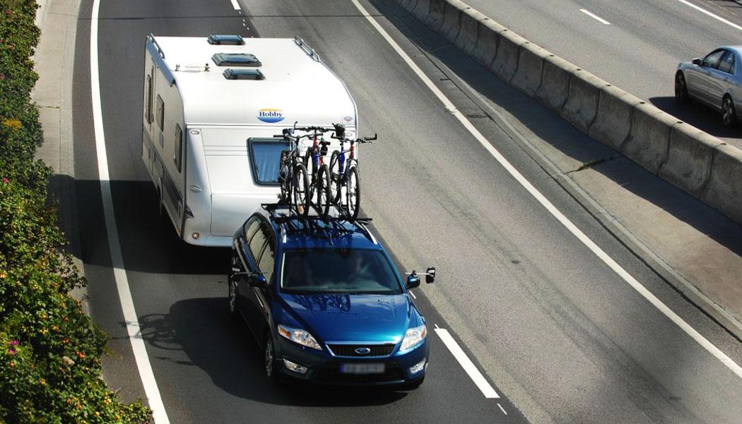 Det er mange som planlegger bilferie, med campingvogna på slep. Men ikke alle har skaffet seg sertifikat B/E - og da kan ferieturen være over før den har begynt. Illustrasjonsfoto: Terje Pedersen, ANB