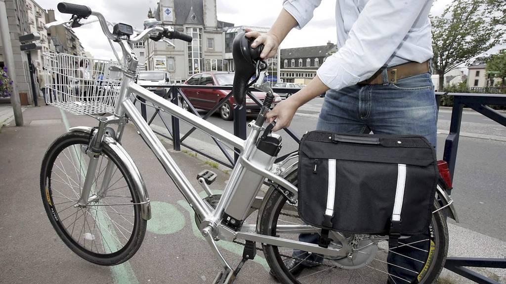 SVETTEFRI TRANSPORT: Elsykkelens hjelpemotor har maksimal effekt på 0,25 kilowatt, som likevel er nok til at du unngår å bli svett når du sykler til jobb. Her en smart batterivariant under setet. (Foto: Illustrasjonsfoto/Colourbox)