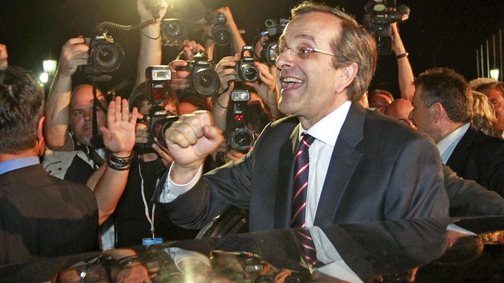 JUBEL: Lederen av Nytt demokrati, Antonis Samaras, ble møtt av jublende tilhengere da han erklærte valgseier søndag 17. juni.  (Foto: JOHN KOLESIDIS/Reuters)
