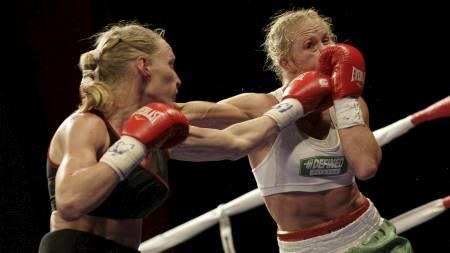 Holly Holm i kamp mot Anne Sophie Mathis (Foto: Pat Vasquez-Cunningham/Zuma Press)