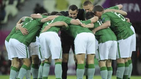 HJEM PÅ TIRSDAG: De irske spillerne diskuterer hvilken flyavgang de skal ta når de drar hjem på tirsdag. (Foto: Tony Marshall/Pa Photos)