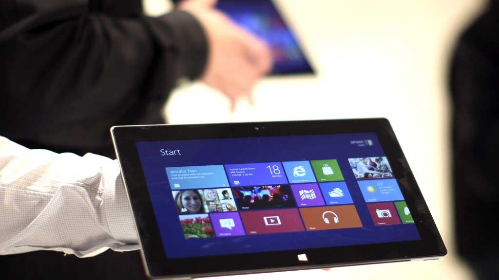 APPLE-KONKURRENT: Datagiganten Microsoft lanserte mandag sitt eget nettbrett for å ta opp konkurransen med Apples iPad.  (Foto: Scanpix)