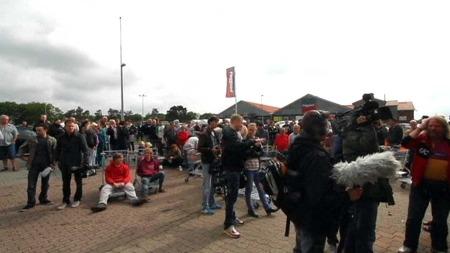 ... NAKNE: Det dukka opp store mengder folk som ville handla nakne. (Foto