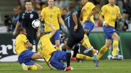 SUPERINNBYTTER: Theo Walcott brukte ikke mange minuttene på å markere seg mot Sverige. (Foto: Sergei Grits/Ap)