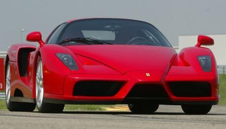 Zlatan Ibrahimovic kjører en slik - Ferrari Enzo. Det er noe av det aller råeste du kan kjøre på offentlige veier.