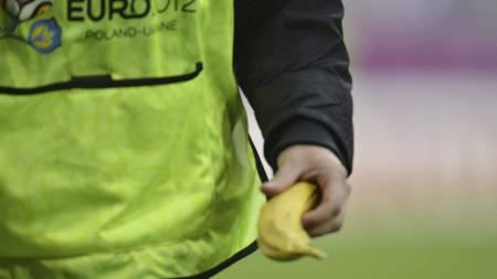 En vakt bærer bort en banan, som ble kastet på banen mot Mario Balotelli i kampen mellom Italia og Kroatia. (Foto: ODD ANDERSEN/Afp)