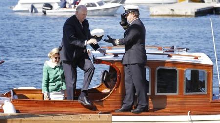 TATT IMOT: Kong Harald og dronning Sonja tas i mot av på Nordre Jarlsberg brygge på første dag av sitt besøk i Vestfold fylke (Foto: Håkon Mosvold Larsen/sCANPIX)