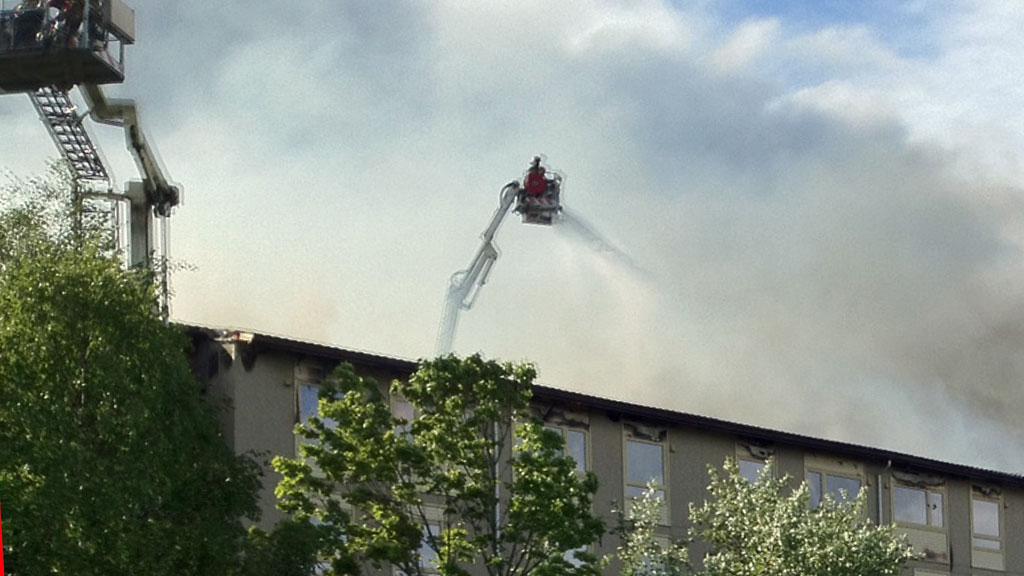 Ved 18-tiden har brannvesenet fortsatt ikke kontroll på flammene. (Foto: TOR AAGE HANSEN)