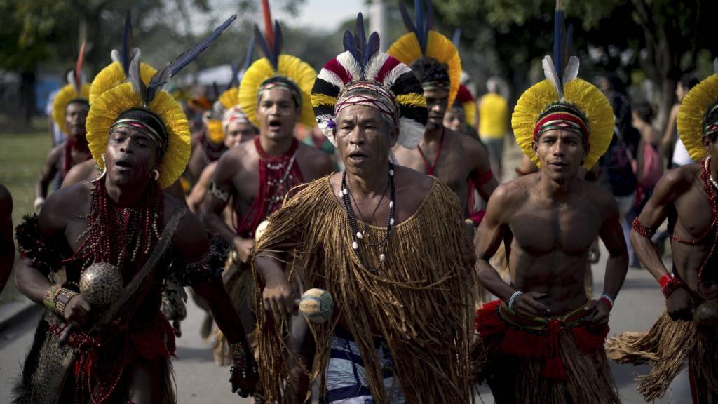 PLANETENS FREMTID: Innfødte fra Pataxo i Brasil synger på folkets konferanse i Rio de Janeiro tirsdag. Samme byen hvor FNs konferanse for bærekraftig utvikling «Rio+20» finner sted. Over 50.000 delegater er ventet å delta på konferansen. (Foto: CHRISTOPHE SIMON/Afp)