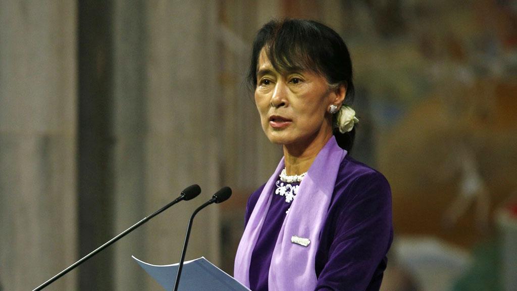 LANG I PRATEN: Aung San Suu Kyi hadde mye på hjertet da hun omsider kunne holde Nobel-foredraget sitt, over 20 år på overtid. (Foto: SCANPIX)
