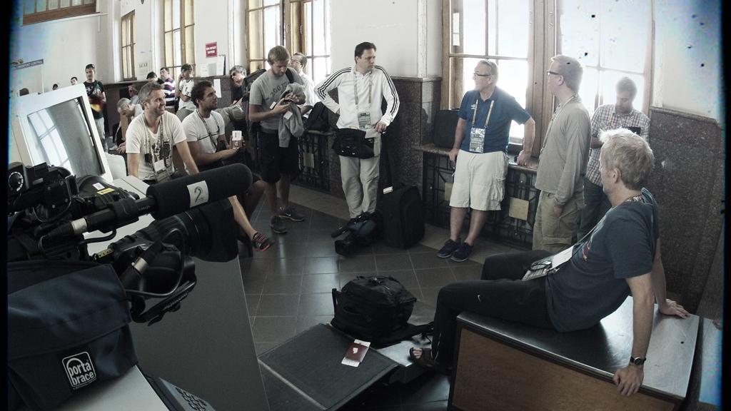 TV 2s team på Lviv flyplass. Petter Myhre, Freddy dos Santos, Christian Thorkildsen, Frode Hoff, Davy Wathne, Morten Stokstad, Øyvind Alsaker.