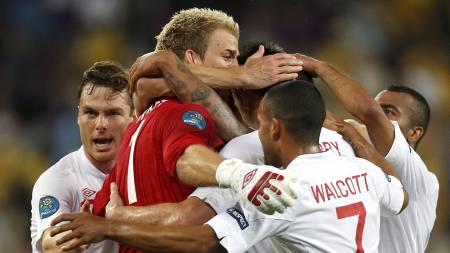 Hart, Walcott, Parker feirer Englands triumf over Ukraina (Foto: Efrem Lukatsky/Ap)