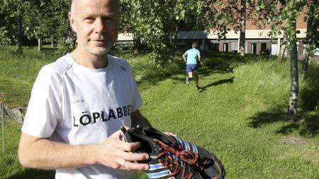 TESTER SELV: Tor Fauske setter sin ære i å personlig prøveløpe alle modellene som han selger i butikken. Her fra Löplabbets testløp på Sognsvann i sommer. (Foto: Eivind A. Pettersen/)