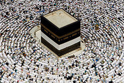 Kaaba i Mekka er målet for tusenvis av muslimske pilegrimer. (Foto: Ap)