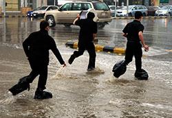 Kraftige regnbyger er ikke uvanlig i Saudi Arabia. Dette bildet ble tatt i Riyadh 3. november 2008.