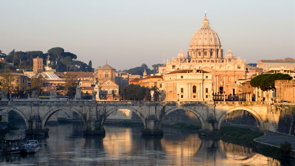 ROMA: basilica of st. Peters and Angels bridge by sunrise' (Foto: Colourbox)
