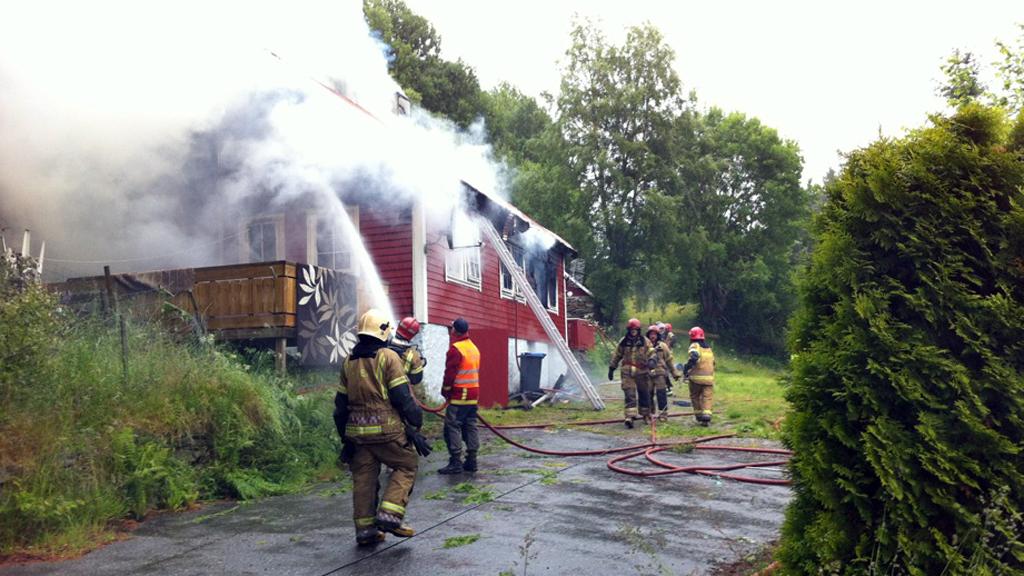 OVERTENT: Politiet forsøker fortsatt å finne ut om de to personene som har adresse på stedet var hjemme da det begynte å brenne. (Foto:  Eva M. Sternhoff)
